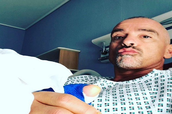 Eros Ramazzotti in ospedale dopo un'operazione, cos'è successo? Il selfie su Instagram per i fan