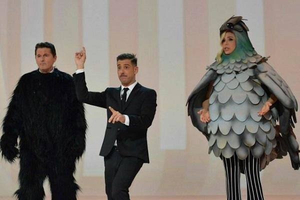 Francesco Gabbani a Le Iene, Teo Mammucari si traveste da scimmia e Ilary Blasi da piccione perché?