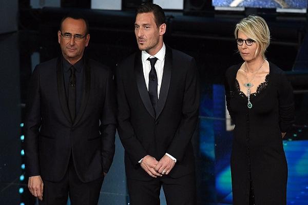 Sanremo 2017 look seconda serata: Gli outfit promossi e bocciati al Festival, Francesco Totti il più elegante