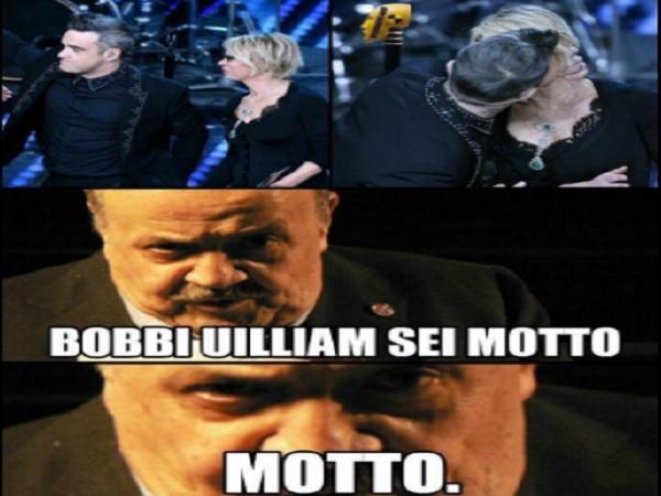 Sanremo 2017 seconda serata il bacio tra Robbie Williams e Maria De Filippi fa nascere l'ironia sul social per Maurizio Costanzo.