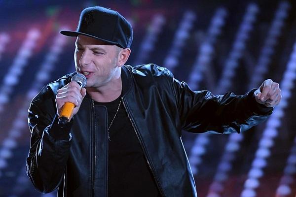 Sanremo 2017 Clementino dice 'za fo': significato del segnale lanciato sul palco
