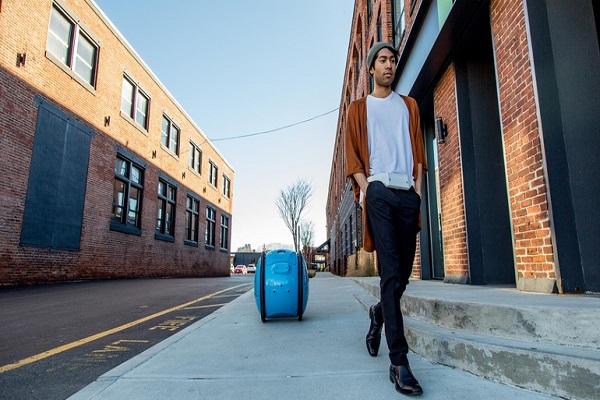 Gita la valigia smart di Piaggio che si sposta da sola