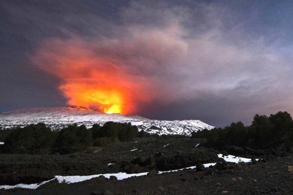 Etna eruzione in corso: dieci persone ferite dopo la colata di lava, il video di INGV