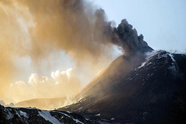 Etna eruzioni: L'attività del vulcano non si ferma, ancora lava sulla neve