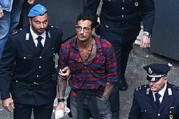 Fabrizio Corona cita Papa Francesco al processo e l'ex collaboratrice lancia accuse alla fidanzata