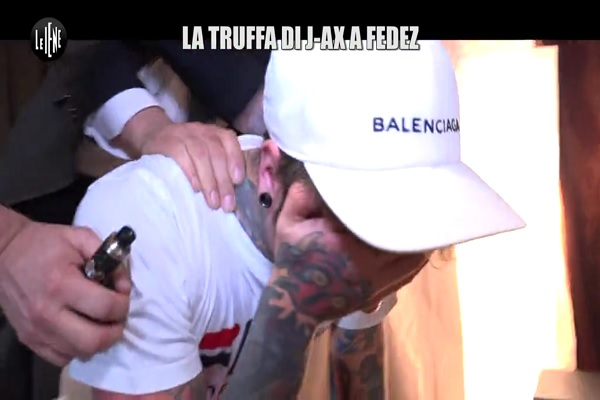 Fedez Le Iene 2017, Il rapper in lacrime per l'accusa di truffa sul tour Comunisti col Rolex