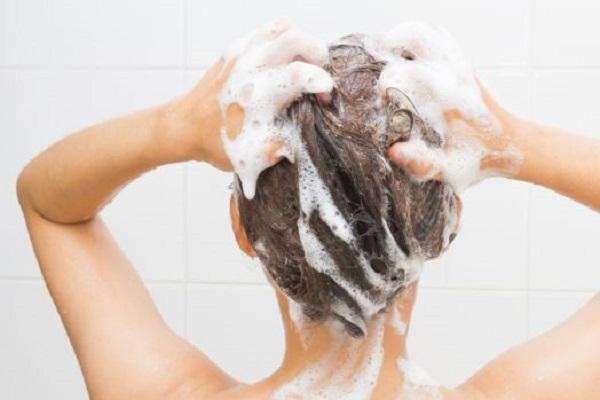 Zucchero nello shampoo: il rimedio naturale per capelli forti e sani. Funziona?