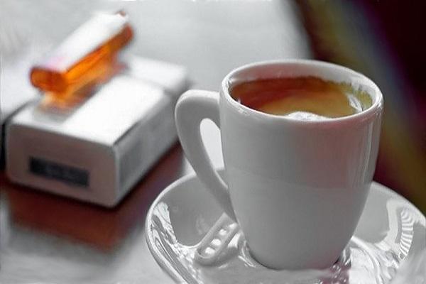 caffè e sigaretta