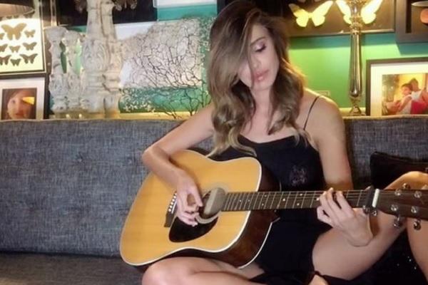 Belen Rodriguez canta su Instagram: dedica a Iannone e De Martino?