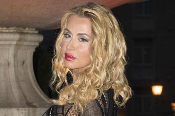 Valeria Marini gossip: la showgirl mamma single a 50 anni?