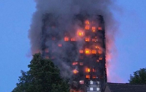 """Ultima Ora Londra brucia, fiamme nel Grenfell Tower: """"Ci sono morti"""""""