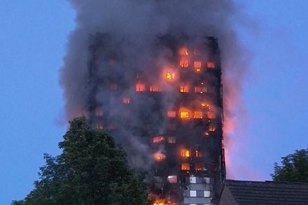 Ultima Ora Londra brucia, fiamme nel Grenfell Tower: