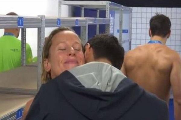 Federica Pellegrini e Filippo Magnini di nuovo insieme? L'abbraccio dopo la vittoria