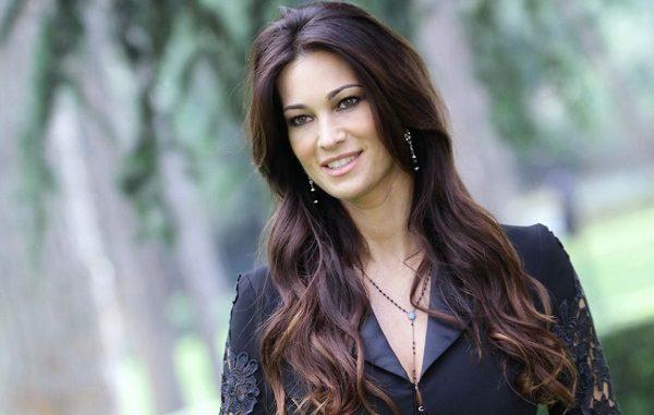Le Iene contro Manuela Arcuri, l'attrice non riesce a sfuggire all'agguato?