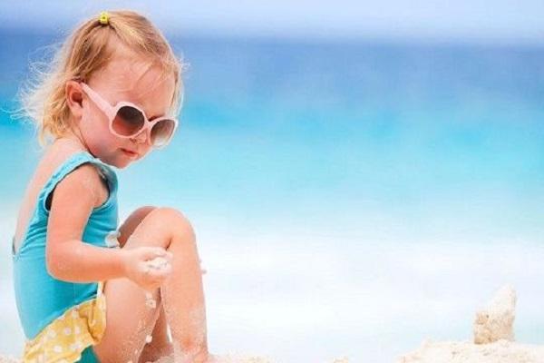 Bambini troppo nervosi al mare: la colpa è dei genitori