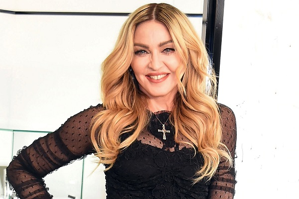 Madonna gaffe in video per il compleanno: Non ricordo le parole