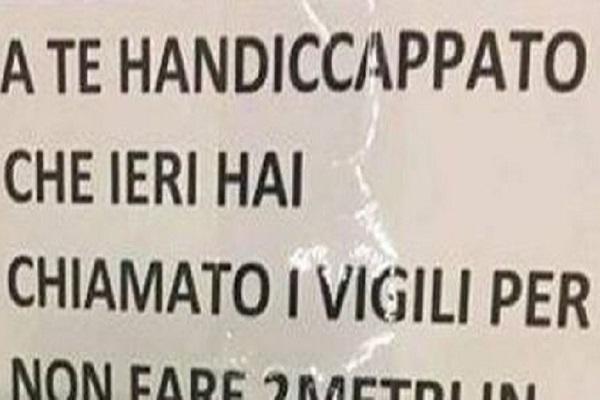 Multato per sosta su area disabili scrive un cartello pieno di insulti