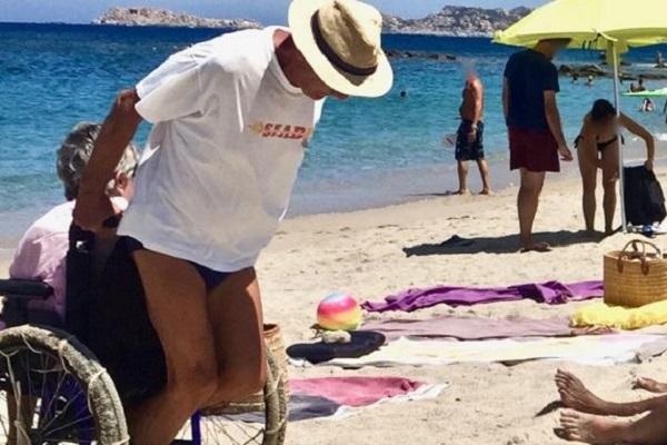 Porta la moglie disabile in spiaggia sotto il sole: la storia più bella dell'estate