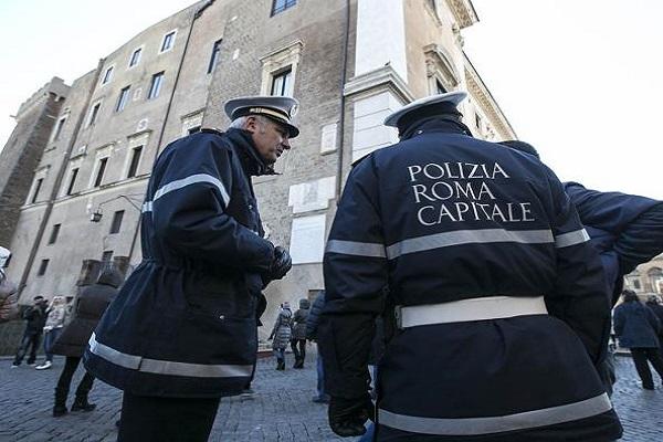 Roma vigile braccio rotto