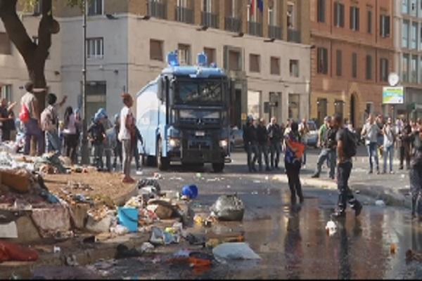 scontri sgombero migranti roma