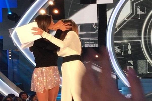 Bacio-saffico-Ilary-Blasi-e-Belen-Rodriguez-bacio lesbo