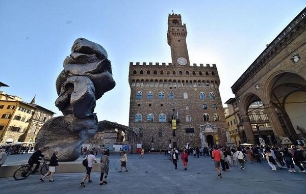 Firenze. In piazza Signoria si scioglie statua di Urs Fischer