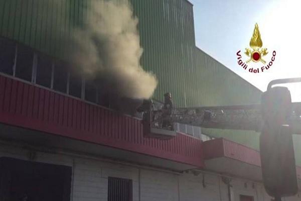 Incendio ex fabbrica di Trezzano sul Naviglio è allarme amianto: scuole chiuse