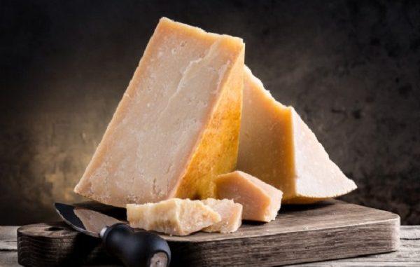 Parmigiano Reggiano falso, come riconoscere i formaggi contraffatti?