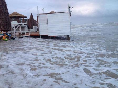 Maltempo Abruzzo oggi, codice rosso danni e allagamenti tra Chieti, Pescara e Teramo