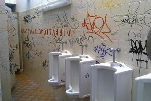 Scuola italiana, bagni da incubo mancano sapone e carta igienica