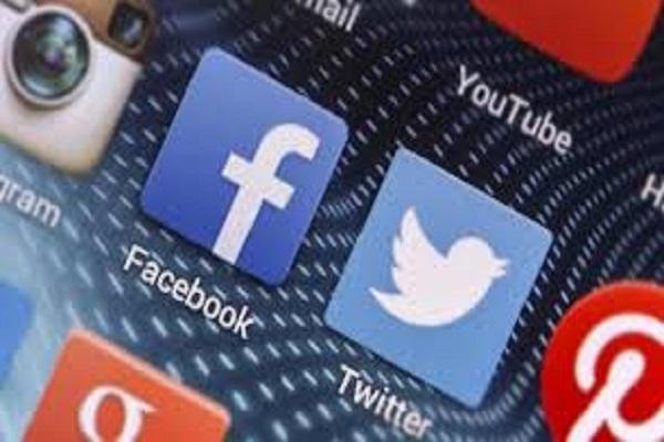 Sean Parker Ex Presidente Facebook social network manipola menti umane per profitto