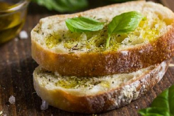 Pane e olio, merenda salutare: perché fa bene?