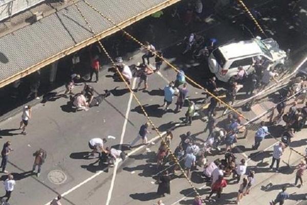 Attentato a Melbourne, auto contro i passanti: feriti gravissimi