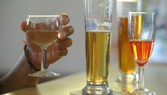 Alcol e tumori, provato il legame: rischio alto tra i giovani