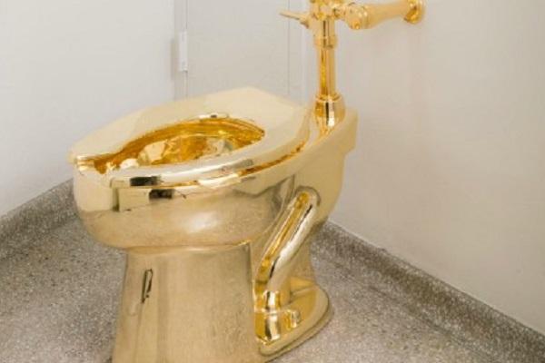 Trump, il Guggenheim gli offre in prestito il WC d'oro di Cattelan