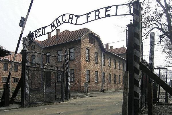 Arbeit macht frei: l'orrore di Auschwitz sul muro di un'officina a Rimini