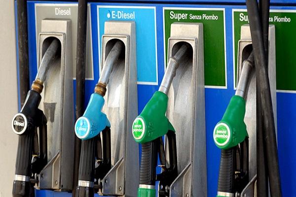 Prezzi carburanti tempo reale oggi: ribassi Gpl, fermi Diesel e Benzina