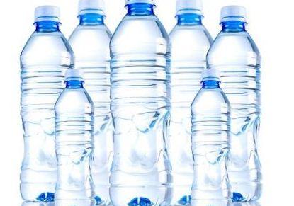 Meno bottiglie e più acqua di rubinetto, l'Europa dichiara guerra alla plastica