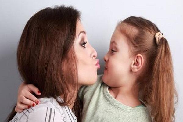 Niente baci in bocca ai bambini, alto rischio infezioni