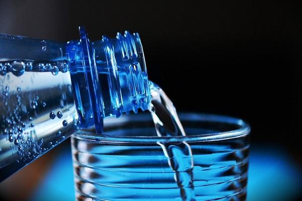 Bere acqua accorcia la vita di 30 minuti ogni bicchiere?