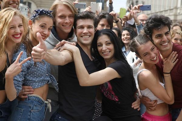 Flashmob a Milano, Roberto Bolle a Piazza della scala