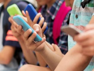 Ragazza di 12 anni si taglia le vene dopo il sequestro del cellulare