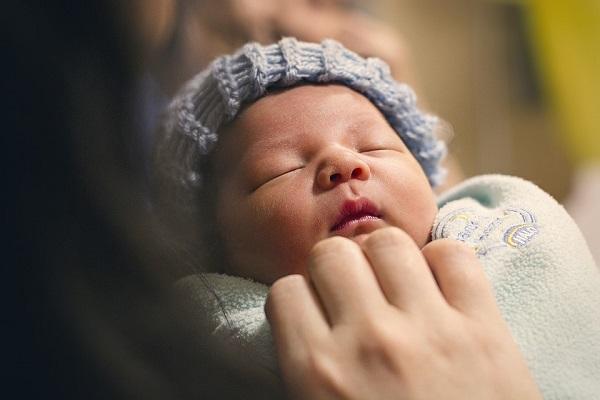 Parma, donna allatta al seno e viene allontanata