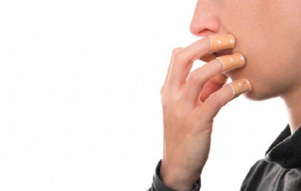 Stacca le pellicine e rischia la morte: pericoli dell'onicofagia