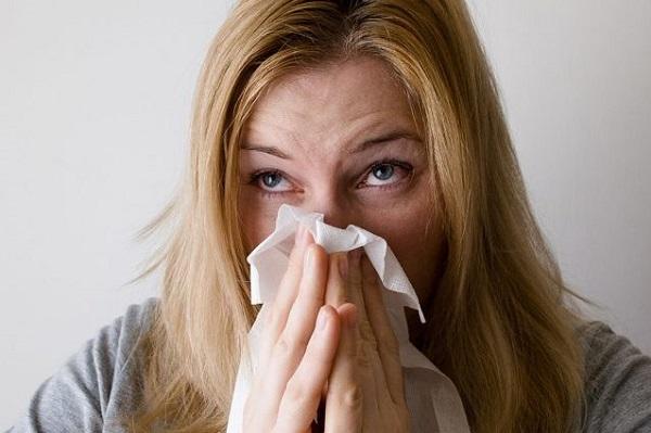 Addio raffreddore comune, scoperte molecole che bloccano gli strarnuti