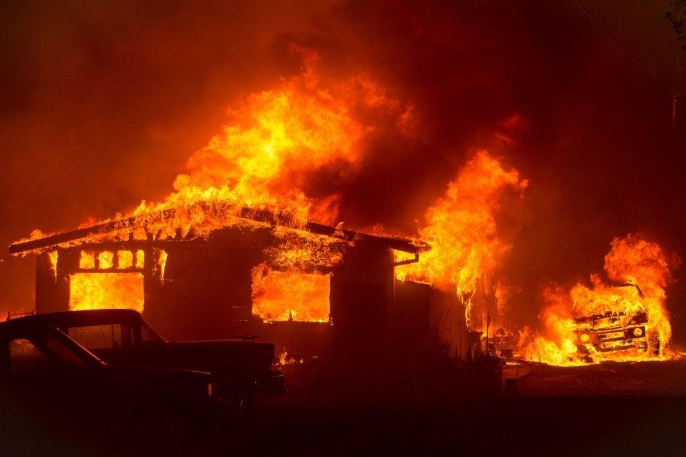 «I venti, le alte temperature e la vegetazione secca hanno ancora il potenziale per alimentare la crescita del fuoco: la propagazione del fuoco è stata attiva in tutte le direzioni e ha fatto passi significativi»