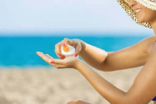 Come mettere la crema solare Come mettere la crema solare