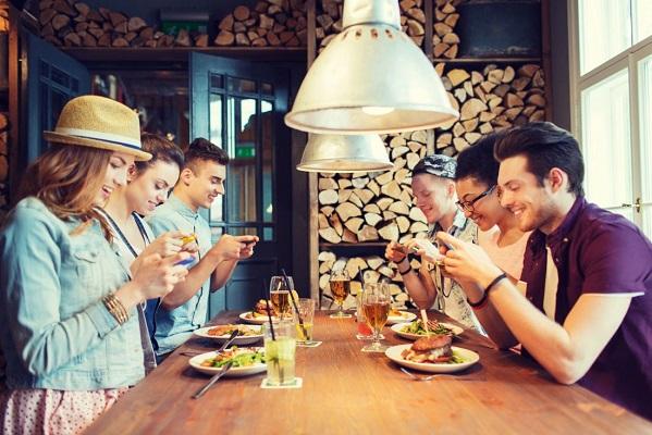 Dipendenza da smartphone: nuove regole nei ristoranti di New York