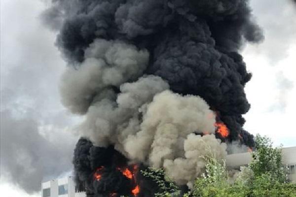 Allarme Versilia dopo incendio in capannone a Pietrasanta