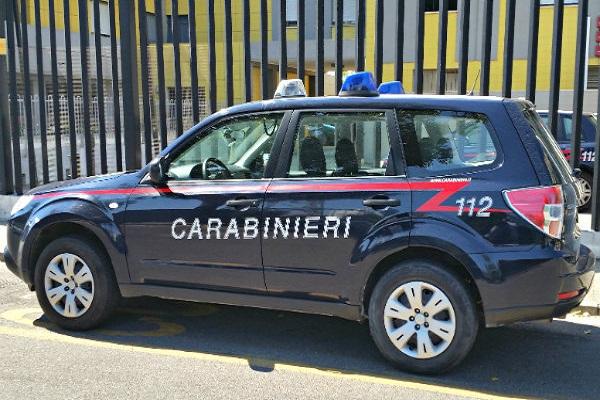 Correggio: mamma abbandona figlio in auto e va a rubare
